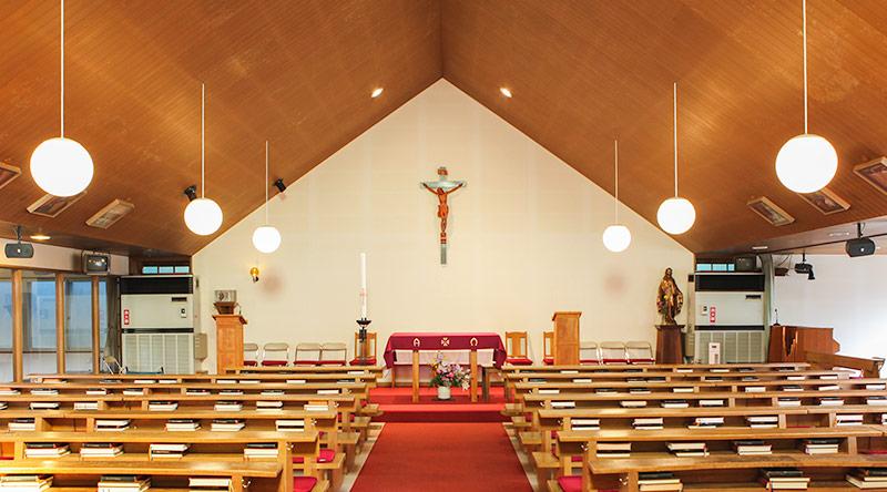 聖画「十字架の道行き」が飾られた聖堂